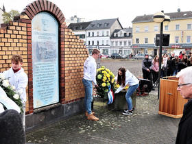 Youth lay wreaths before the memorial sign where a synagogue was destroyed in the pogrom of 1938. Photo: J. Nelson Kraybill